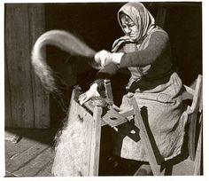 Bäuerin beim Hecheln von Flachs. Fotografie aus dem oberbayerischen Samerberg von Erika Groth-Schmachtenberger aus den 1930er Jahren. (Foto: Freilichtmuseum Glentleiten) Flax Plant, Plant Fibres, Female Photographers, Historical Pictures, Weaving, Sacks, Hemp, Nature, Celebration