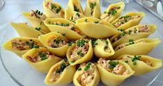 muszle faszerowane na zimno suszonymi pomidorami i serkiem. Szybka i świetna przekąska na imprezę, np sylwestra czy andrzejki. Doskonale sprawdzi się również jako urozmaicenie na wielkanocnym stole. Bardzo szybka do przygotowania i dość efektownie wyglądająca. przekąski na imprezę, przekąski na sylwestra, przekąski na zimno Easter Recipes, Appetizer Recipes, Cooking Recipes, Healthy Recipes, Polish Recipes, Fruit And Veg, Party Snacks, Food Design, Food Photo