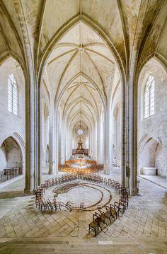 Artista brasileño Herbert Baglione encuentra maneras de traer vida a espacios olvidados. Su proyecto en curso titulado 1000 Sombras toma sus obras en lugares como una iglesia del siglo 16 en Celles Sur Belle y un complejo hospital subterráneo en Niort, Francia.