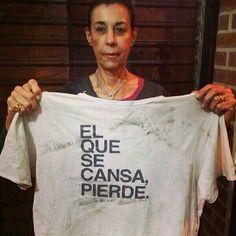 Madre del dirigente @Leopoldo Lopez publica esta imagen donde se logra ver la camisa (al final del dia) que utilizó su hijo el dia que se entrego a la fiscalia de la republica.