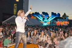 Het uitgebreide programma van artiestenavonden en open-podium-optredens zorgt altijd voor heel veel publiek op de Zomerkermis.