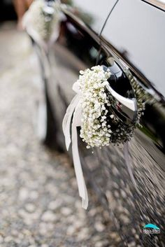 Wedding car jewelry: tips and 40 inspiring ideas in various .- Hochzeit-Autoschmuck: Tipps und 40 inspirierende Ideen in verschiedenen Stilen Car jewelry wedding on the tires - Diy Wedding, Wedding Flowers, Dream Wedding, Wedding Cars, Wedding Car Ribbon, Bridal Car, Wedding Car Decorations, Princess Carriage, White Flowers
