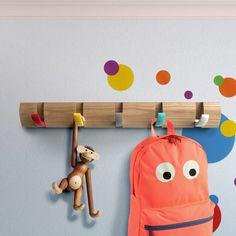 Añade percheros en las paredes del cuarto de los niños.