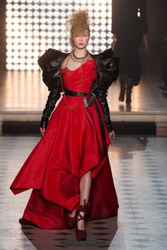 Vivienne Westwood Fall 2014 Ready-to-Wear Runway - Vivienne Westwood Ready-to-Wear Collection All Fashion, Couture Fashion, Timeless Fashion, Paris Fashion, Fashion Show, Fashion Design, Woman Fashion, Paris Mode, Moda Femenina