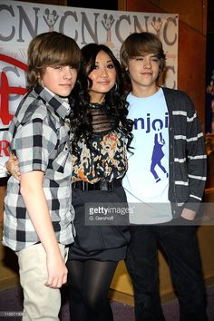 Actors Dylan Sprouse, Brenda Song, and Cole Sprouse visit The World of Disney store on March 2009 in New York City. Sprouse Bros, Dylan Sprouse, Disney Cast, Old Disney, Zack Et Cody, Suit Life On Deck, Cole Spouse, Dylan And Cole, Bonnie Wright