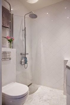 Ideas que mejoran tu vida Small Bathroom With Tub, Small Shower Room, Small Bathroom Layout, Tiny Bathrooms, Laundry In Bathroom, White Bathroom, Dream Shower, Scandi Home, Bathroom Renos