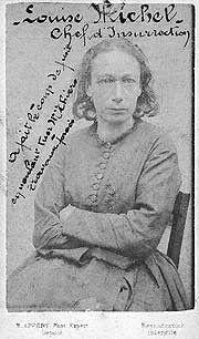 Louise Michel (1830 - 1905) Une des figures majeures de la Commune de Paris. Première à arborer le drapeau noir, elle popularise celui-ci au sein du mouvement anarchiste elle participe activement aux événements de la Commune de Paris, autant en première ligne qu'en soutien. Capturée en mai, elle est déportée en Nouvelle-Calédonie. Elle revient en France en 1880 Elle reste surveillée par la police et est emprisonnée à plusieurs reprises, mais poursuit inlassablement son militantisme politi...