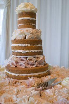 Un pastel nudé de bodas con rosas en dos tonos.