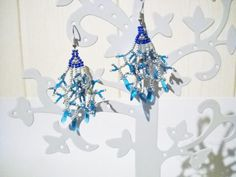 Hangende oorbellen in blauw zilver en teal met blauwe door Seadbeady