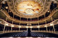 El teatro en Costa Rica es muy grande. Usted puede venir a escuchar un concierto. Usted puede venir ver una película.