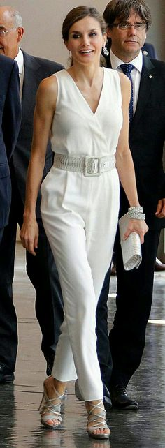 Queen Letizia's style. 37 Affordable Casual Style Looks You Will Definitely Want To Keep – Queen Letizia's style. Pants For Women, Clothes For Women, Queen Letizia, Royal Fashion, Classy Outfits, Fashion Outfits, Womens Fashion, Latest Fashion Trends, Casual Looks