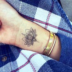 tatuajes de flores, tatuaje pequeño en la muñeca, flor de loto abierta en blanco y negro, mano de mujer con pulseras