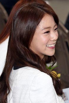 韓国・ソウル(Seoul)の狎鴎亭ロデオ(Apgujeongrodeo)駅で開催された、チャリティーブース「G+スターゾーン シーズン3(G+ Star Zone)」のオープン式典に臨むガールズグループ「KARA(カラ)」のハン・スンヨン(Han Seung-Yeon、2014年3月31日撮影)。(c)STARNEWS ▼4Apr2014AFP KARAのスンヨン、ソウルの駅中に設置された寄付施設のオープン式典に登場 http://www.afpbb.com/articles/-/3011725 #KARA #Han_SeungYeon  #SeungYeon #Seoul #Apgujeongrodeo