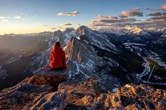 Good morning world! @deviantoptiks watches the world wake up and the sun stream over the mountains from a perch on the summit of EEOR.  Where are you going to watch the sun rise this weekend?  #explorealberta #explorecanada #imagesofcanada #earthexperience #artsyheaven #enjoycanada #igbest_shotz #bella_shots #mountaincultureelevated #tourcanada #totescanadian #superhubs_jamal #main_vision #thecanadiancollective #stoneridgemountainresort #wildernessculture #theoutbound #watchthisinstagood…
