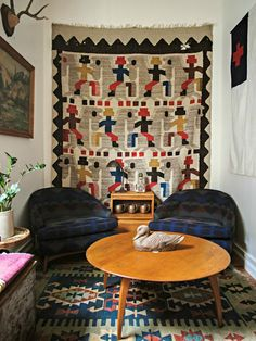Moon to Moon: Eclectic Interior Inspiration from Homestead Seattle. Family Pictures On Wall, Wall Decor Pictures, Cool Ideas, Vintage Textiles, Vintage Rugs, Vintage Flag, Vintage Wool, Vintage Furniture, Tapetes Vintage