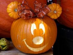 This would be fun to make for Halloween :) Minnie Mouse pumpkin idea. Plus tons of photos of Disney time pumpkins from the park. Disney Halloween, Minnie Maus Halloween, Halloween Crafts For Kids, Holidays Halloween, Halloween Pumpkins, Halloween Diy, Happy Halloween, Halloween Decorations, Pumpkin For Halloween