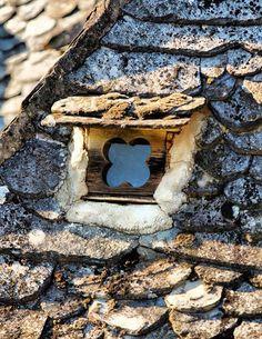 Une joli petite fenêtre sur un toit typique de l'Aveyron