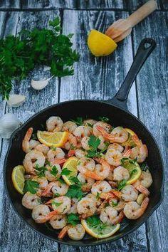 Creveţi traşi în unt cu usturoi şi pătrunjel Greek Recipes, Fish Recipes, Seafood Recipes, Appetizer Recipes, Healthy Recipes, Fish And Eggs Recipe, Good Food, Yummy Food, Diy Food