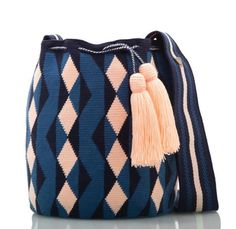 Exclusive SUSU Accessories collection Cross-body BUCKET Bags, handknitted by the most talented artisans of the Wayuu ethnicity in Colombia. Crochet Bag Tutorials, Crochet Crafts, Knit Crochet, Tapestry Crochet Patterns, Macrame Purse, Crochet Clutch, Crochet Accessories, Hippie Chic, Hand Knitting