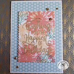 Deze kaart is gemaakt door Ingrid Nellen (www.inkycards.nl) met de Delicate Dahlia's Sale-a-bration stempels. Ze gebruikte ze om haar eigen designpapier mee te stempelen. Hierdoor kon ze zorgen dat het prachtig matchte met het Subtles designpapier. De spreuk komt uit Happiest of Birthdays. Deze heeft ze met Gilded Leafing goud gemaakt. Lees er alles over op haar blog. #prullekekleurencombinatie #delicatedahliasstampset #happiestofbirthdaysstampset #gildedleafing #stampinup #prulleke #inkycards Stampin Up, Stamping Up