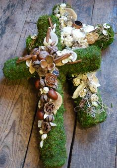 Grave jewelry for All Saints' Day and autumn . Christmas Flower Arrangements, Funeral Flower Arrangements, Fall Floral Arrangements, Funeral Flowers, Diy Fall Wreath, Autumn Wreaths, Christmas Wreaths, Green Funeral, Casket Flowers