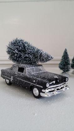 By Nosiss old timer Ford met kerstboom. Leuk cadeau voor de decembermaand. Verkrijgbaar in de webshop www.nosiss.nl