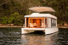 A Floating House Idea That Can Inspire Every Decoration Of Your Home 33 Floating Boat, Floating House, Schwimmendes Boot, Canoa Kayak, Houseboat Living, Pontoon Houseboat, Houseboat Ideas, Pontoon Boats, Shanty Boat