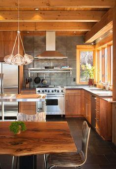 armoires en bois et une suspension en verre élégante dans la cuisine élégante rustique