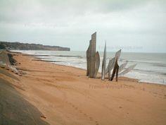 Omaha Beach - Site du Débarquement : plage d'Omaha, monument commémoratif, falaises et mer (la Manche)