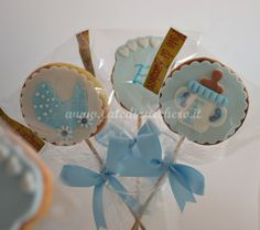 Dettaglio Sweet Table per il Battesimo: con Torta e Biscotti decorati con design personalizzato e solo modellato a mano, senza stampi e senza elementi preconfezionati. Ogni biscotto, in confezione singola, sullo stecco e con decorazioni 2D baby.