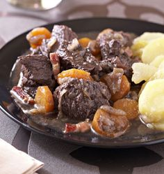 Boeuf bourguignon facile - Recettes de cuisine Ôdélices - Expolore the best and the special ideas about French recipes Easy Beef Bourguignon, Meat Recipes, Cooking Recipes, Good Food, Yummy Food, Carne, Food And Drink, Favorite Recipes, Gourmet