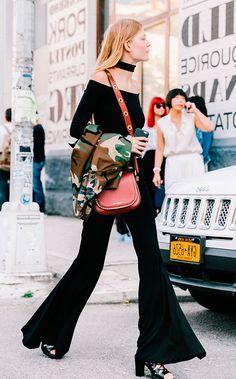 Street style look com  calca preta e choker.