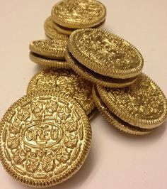 gold oreo, use edible paint/spray. For a pirate party gold oreo, use edible paint/spray. For a pirate party Jasmin Party, Silvester Party, New Years Party, New Years Eve Party Ideas Food, New Years Eve Food, Ideas Party, Diy Ideas, Food Ideas, Gold Coins