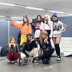 [170205] Yujin (유진), Yeeun (예은), Elkie (엘키), Seungyeon (승연), Eunbin (은빈), Sorn (손) and Seunghee (승희) of CLC (CrystaL Clear/씨엘씨) @ Inkigayo (인기가요).   CLC·씨엘씨 (@CUBECLC) on Twitter.