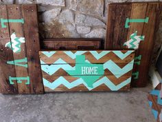 (Texas cheveron Pallet Sign van RusticRestyle op Etsy,) totally wanna do a DIY of this with Kansas :) Pallet Crafts, Pallet Art, Pallet Signs, Wood Crafts, Diy Pallet, Diy Signs, Home Signs, Wood Projects, Craft Projects