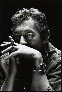 """Un jour de 1989, je reçu ma première commande de reportage à l'étranger pour photographier Gainsbourg, à Paris, chez lui, rue de Verneuil, dans le 7e arrondissement. J'étais alors photographe indépendant en Grande-Bretagne. c'est ainsi que Nigel Parry présente ses photos restées inédites de Serge Gainsbourg. Il poursuit: """"j'ai passé quelques heures avec lui et par deux fois durant ma séance de prise de vues, la sonnette d'entrée retentit, c'était des admirateurs qui déposaient des cadeaux à…"""