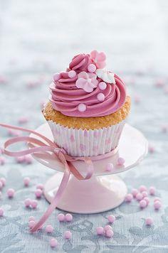 like the idea of individual cupcake presentation - tea party? Donut Recipes, Cupcake Recipes, Dessert Recipes, Fancy Cupcakes, Sweet Cupcakes, Köstliche Desserts, Delicious Desserts, Mini Cakes, Cupcake Cakes