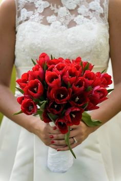 Yes to this red tulip bouquet // The Kenneys Wedding Imagery