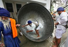 DOING THE DISHES: A man cleaned a huge pan to prepare a nonalcoholic drink during celebrations of Hola Mohalla festival in Anandpur Sahib, India, Thursday. Radha Soami, India Street, Indian Colours, India People, Building Art, World Religions, Incredible India, Amazing, India Travel