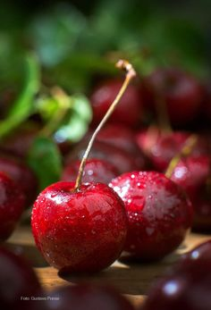 Cherries by Gustavo Pomar Red Fruit, Fruit And Veg, Fruits And Vegetables, Cherry Farm, Cherry Red, Acerola, Cherries Jubilee, Fruit Photography, Sweet Cherries