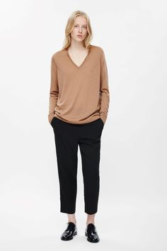 This jumper, with a deep v-neckline, is made from extra-fine merino wool. A relaxed fit that is slightly oversized, it has slim long sleeves and classic ribbed edges.