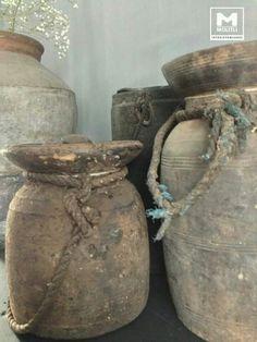 Vergrijzen met muurvuller en decoratieverf Bekleedt er je oude vaas, lampenvoet of schaal mee. Dat kan ook op hout of zelfs op riet! 'Boetseer' er als het ware omheen. Laat dat goed drogen. Je kunt het lekker grof laten of met water gladder strijken, naar behoefte. Natural Living, Vases, Pots, Brown Pillows, Still Life Photos, Bohemian Interior, Wabi Sabi, Earth Tones, Rustic Decor