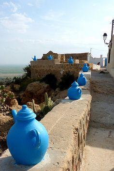 Takrouna - blue pots