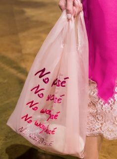 Effortlessly Make Your Handbags Complement Your Outfit Every Single Time - Best Fashion Tips Fashion Week, Fashion Bags, Shopper Bag, Tote Bag, Clothing Packaging, Fashion Details, Fashion Design, John Galliano, Cloth Bags