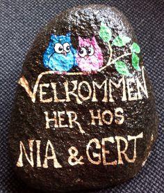 Velkommen sten Christmas Rock, Christmas Bulbs, Scandinavian Folk Art, Posca, Pebble Art, Stone Art, Rock Art, Garden Art, Painted Rocks