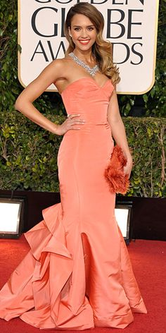 Jessica Alba at The Golden Globes 2013 in a peach Oscar de la Renta mermaid gown with a sweetheart neckline. She finished the look with a statement necklace, Jimmy Choo platforms, and a bright orange clutch.