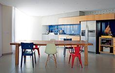 Elas ressurgem mais acolhedoras e as cozinhas voltam a ter mesas espaçosas. Estamos empenhados em reunir a família e os amigos para comer sem pressa. Esses projetos já aderiram à causa