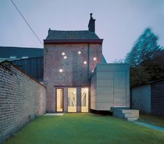 (via Frankfort House on Architizer)Pierre Hebbelinck - Atelier d'architecture Brick In The Wall, Black Building, Building A House, My Ideal Home, Garden Studio, Modern Patio, House Extensions, Architecture Old, Cozy Cottage