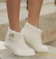 "Snow Slippers - Felted DROPS Christmas slippers in 2 threads ""Alpaca"" - Free pattern by DROPS Design Felted Slippers Pattern, Knitted Slippers, Knitting Socks, Free Knitting, Knitting Patterns, Felt Crafts Patterns, Magazine Drops, Felt Shoes, Drops Design"