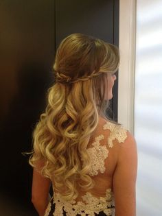 Very pretty hair and dress! Fancy Hairstyles, Bride Hairstyles, How To Make Hair, Bridesmaid Hair, Hair Dos, Bridal Hair, Hair Inspiration, Marie, Curly Hair Styles